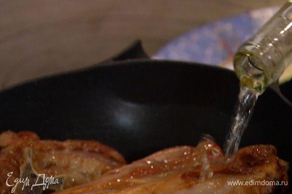 Вернуть мясо в кастрюлю, перемешать, влить вино и дать алкоголю выпариться.