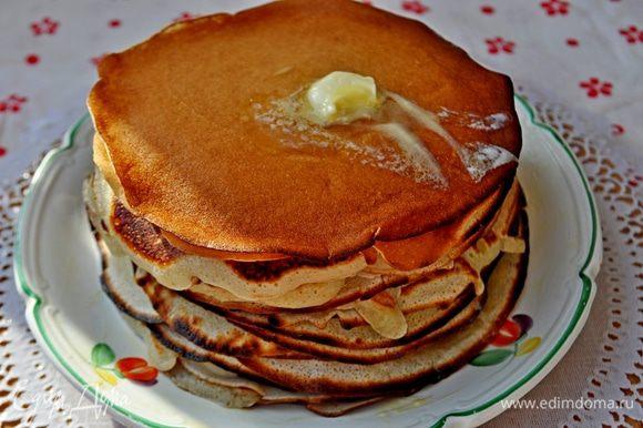 Яйца взбить с солью,сахаром и содой, добавить половину порции молока, постоянно перемешивая. Постепенно добавлять муку,мешать,что бы не было комочков,долить оставшеесе молоко,не переставая помешивать до консистенции жидкой сметаны. Затем добавить растительное масло.Жарить блины на сухой сковороде,с двух сторон.Блинчики остудить