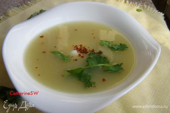 Наливаем ароматнейший суп в тарелки, добавляем сметану, йогурт или обжаренный чесночок..... Но подождите есть!))) Я уже достаю из печи хлебушек из сельдерея!)))