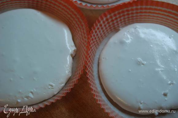 """Безе я приготовила по экспресс-рецепту. Белок одного яйца (холодный) взбиваем,постепенно добавляя сахарную пудру (около 10 минут) до густой консистенции. Выкладываем в формы (у меня бумажные диаметром 12см.) и готовим в микроволновке на максимальной мощности 1-2 минуты. У меня максимальная мощность 1000 и я готовила ровно 1 минуту. При мощности 600 это время будет около 1,5-2 минут. Во время запекания следите,периодически,открывая дверцу,чтобы безе не """"загорели""""."""