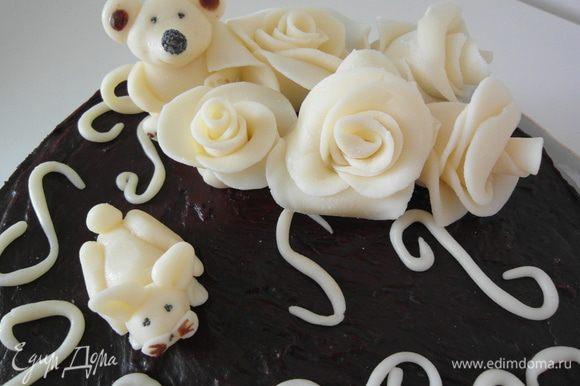 """Но опять-таки, т.к. этот торт предназначался маме на юбилей, я решила, воспользовавшись мастер-классом Оксанки по работе с мастикой, и ее же рецептом по изготовлению http://www.edimdoma.ru/recipes/35717, попытатья 2-ой раз в моей жизни что-то из нее """"сотворить"""" (1-ый раз, кстати, для сравнения тут http://www.edimdoma.ru/recipes/26102, громко смеяться МОЖНО, но было очень вкусно и шоколадно ко всему прочему. :))) Итак, вот он: ЧУДНЫЙ!"""