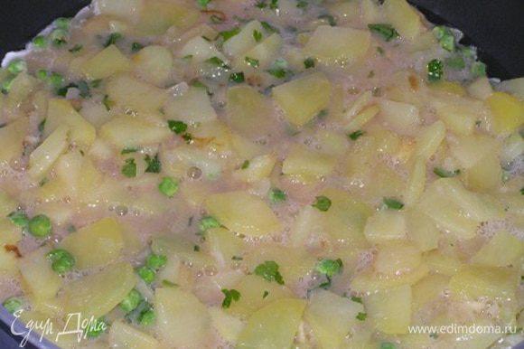 В сковороде разогреть растительное масло, выложить яично-картофельную массу,