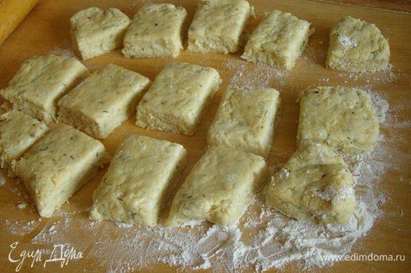 Тесто раскатаем в пласт толщиной не менее 2,5 см. Секрет хорошо поднявшихся сконов в том, чтобы они начали подниматься от толщины не менее 2,5 см. Разрежем на 12-15 квадратов-прямоугольников