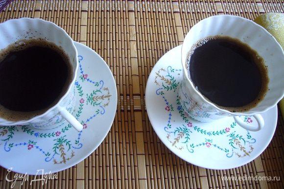 Разлить кофе по чашкам через мелкое сито на 2/3 высоты чашки. Размешать с шоколадом. По желанию можно и ликёр добавить , к примеру хорошо подойдёт Куантро.