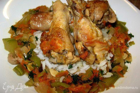 Отварила рис. Обжарила кусочки цыплёнка,добавила кубиками кабачок,лук,зелёный перчик,на тёрке морковь,чеснок,зелень,соль.За пару минут до готовности добавила сливки....такая вкуснятина нежная получилась...ммм....)