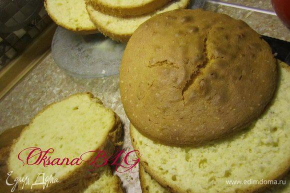 Бисквит разрезать на тонкие коржи.
