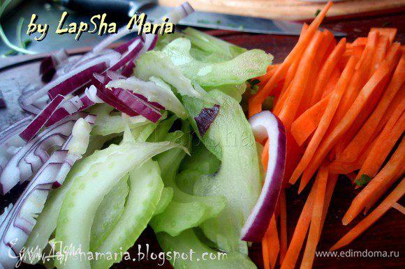 Длинными полосками нарезать лук, сельдерей, морковь и перец.