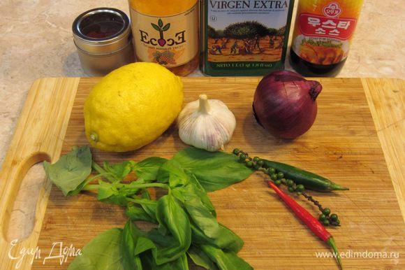 Тем временем приготовьте соус Пири-пири. На фотографии видны все необходимые ингредиенты. Положите в блендер кусочки перцев, мелко порезанные зубчики чеснока, базилик, вустерширский соус, сок половины лимона (у меня был не кислый и я выжал сок со всего лимона), оливковое масло и уксус, и порошок сладкой паприки.
