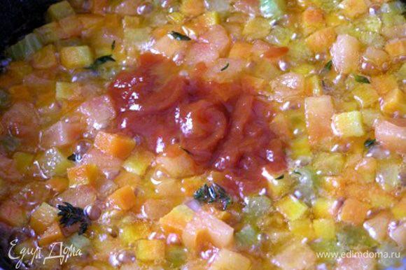 Затем влить томатную пасту смешанную со столовой ложкой воды, перемешать, тушить 3 минуты,