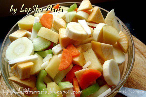 В отдельную миску сложить все ингредиенты и перемешать их, чтобы в каждом горшочке были разные корнеплоды.