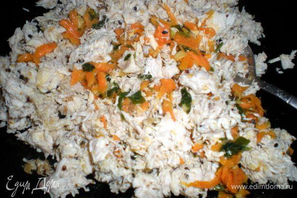 Вернёмся к пирогу.Соединяем Курицу, морковь и картофель.Перемешать и посолить.