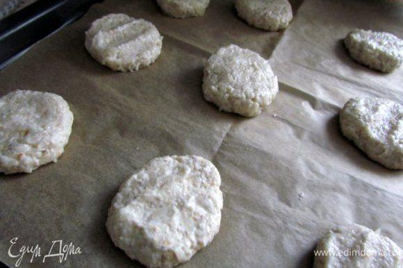 Влить молоко и замесить густое тесто.Духовку разогреть до 200С. Мокрыми руками формировать шарики и слегка их прижимая, укладывать на противень, застеленный пергаментом.