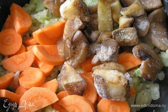 Далее в оригинале все ингредиенты добавляются разом. ***Я же сначала добавила морковь и грибы (так как они были замороженные), немного потомила,