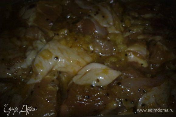 Куриные бедра режем на несколько частей, маринуем в глазури из меда, оливкового масла, лимонного сока, соли, перца. даем настояться хотябы час.