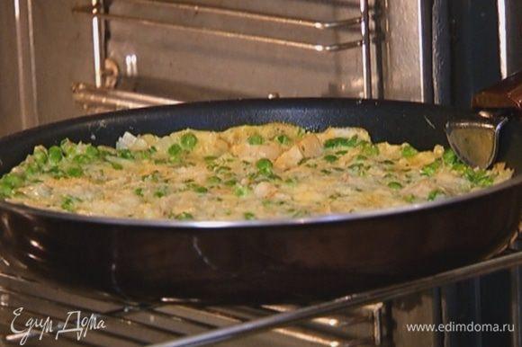 Как только края фриттаты схватятся, отправить сковороду под гриль на 1–2 минуты.