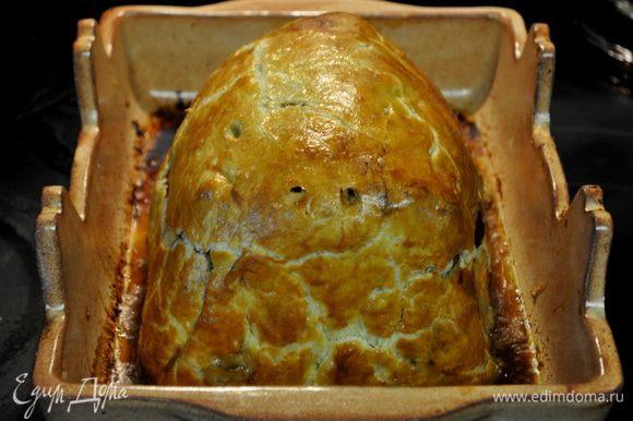 Разогреть духовку до 210-220гр. Достать говядину из хол-ка смазать яйцом,проколоть местами тесто, поставить в духовку, готовить около часа,мясо внутри должно быть розовым.В течение готовки можно прикрыть фольгой, чтоб тесто не сгорело.Перед подачей дать ему постоять 10мин и разрезать на порцион.куски осторожно.Подавать с любимым гарниром.