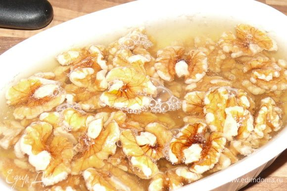 **** орехи залить кипятком.Это не обязятельно, просто я всегда с грецкими орехами так поступаю - они получаются нежнее.Слить воду, промокнуть салфеткой.****