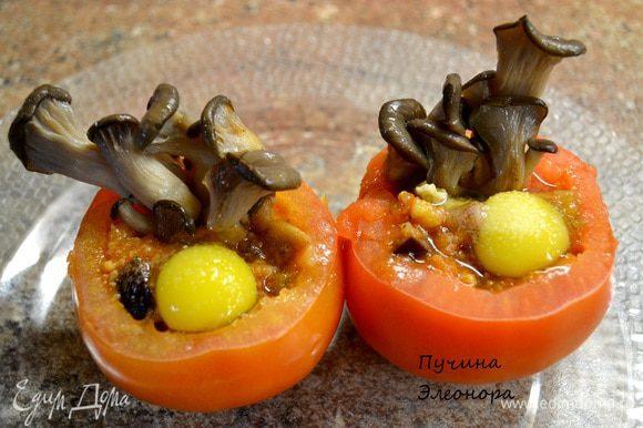 Чистим помидор от серединки наполняем любым овощным рагу.Сверху влить перепелиное яйцо,украсить грибами и отправляем в духовку или микроволновку до готовности.Украсить при подаче зеленью.Я подала помидорчики с куриным бульоном. У меня: Ингредиенты на рагу: Грибы(у меня Вешенки) Брокколи капуста Цветная капуста Болгарский перец(жёлтый) Баклажан Лук Морковка Помидоры Томатная паста Сельдерей(стебли) Фасоль зелёная Имбирь Зелень петрушки,укропа Черный молотый перец,соль,чеснок. Всё порезать кубиком и тушить до готовности.