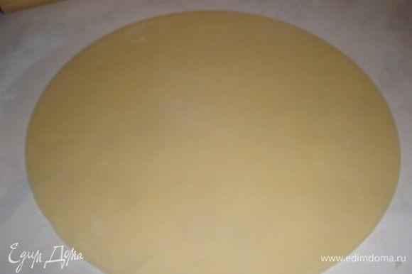 Основу уложить на противень, застеленный пергаментом, наколоть вилкой очень часто, а то вздыбится и поставить в разогретую духовку до 180 градусов на 10 минут.