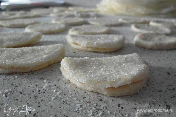 Каджый кружечек обмакнуть в сахар, свернуть пополам и верхную часть посыпать сахаром.