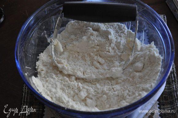 В большой чаше смешать муку и сахар,разрыхлитель и соду, соль. Поверх положить разрезанное масло слив.на кусочки и порубить ножом,я использую спец. нож для теста /удобная штука, кстати/.