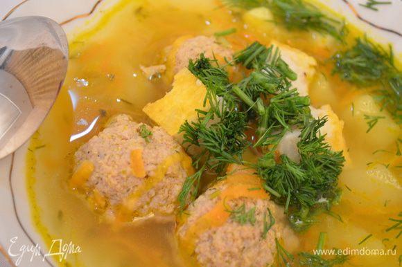 Рисовые кубики: Рис отварить , откинуть на сито или дуршлаг, дать стечь воде. Добавить яйца, соль, черный молотый перец и перемешать. Выложить смазанную маслом м обсыпанную панировочными сухарями форму. Поверхность разравнять и посыпать тертым сыром. Выпекать в нагретой до 200 градусов духовке 20 – 25 минут. Слегка охладить, нарезать, разложить в тарелки и залить супом. МИР ВАМ!