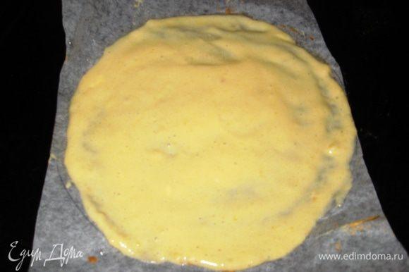 Тесто делим на 6 частей. На пергаменте рисуем круг диаметром 20 см. Выкладываем тесто. Лопаточкой разравниваем.