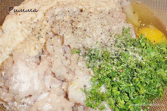 Мелко порежьте зелень укропа. Добавьте к фаршу яйцо, соль, перец и булку с молоком, все тщательно перемешайте.