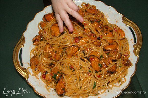 Пока готовятся мидии сварить спагетти чуток с сыринкой. Нарезать залень, натереть на мелкой терке Пармезан и все выложить в сковороду с готовыми мидиями, спагетти тоже туда же. Хорошо перемешиваем и готово!
