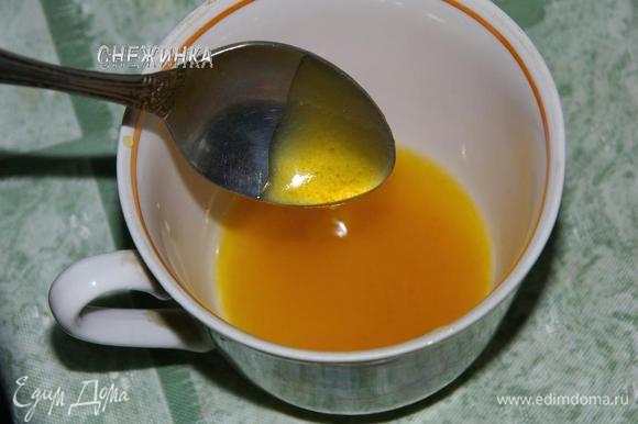 Для соуса с фруктов сцеживаем маринад в сотейник, ставим на огонь, добавляем варенье, даем закипеть, добавляем крахмал, разведенный в 1 ч.л. воды, варим несколько секунд до загустения.