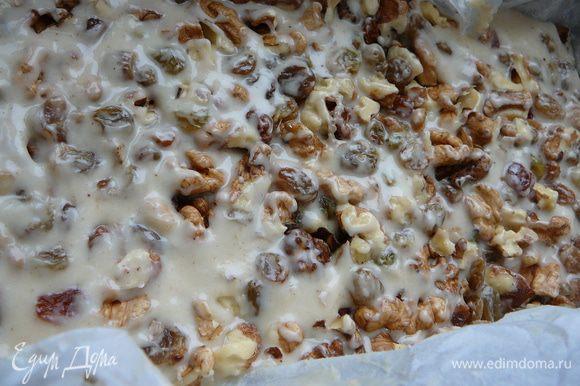 Можно орехи и изюм добавлять в тесто и перемешав выложить тесто в форму,которую застелить промасленным растительным маслом пергаментом.Или же выложить тесто в форму,а поверх теста распределить слегка утрамбовав орехи и изюм.