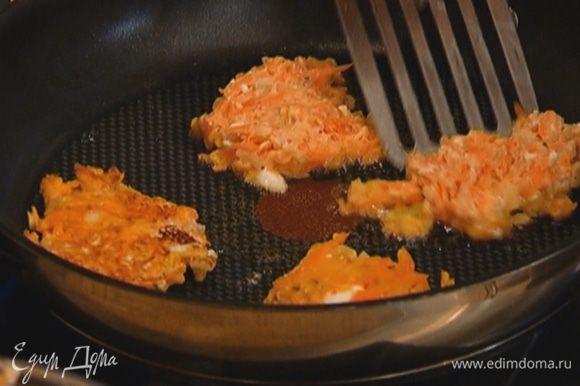 Разогреть в сковороде оливковое масло и пожарить морковные оладьи.