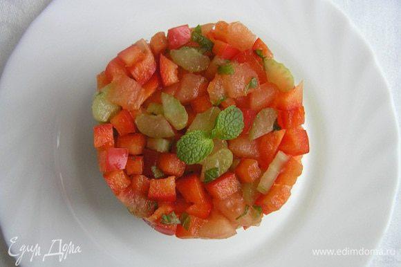 Аккуратно приподнимая кольцо, освободить салат для подачи. Вуаля!