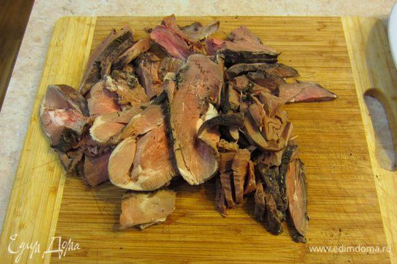 Перед нарезанием мяса его надо охладить в холодильнике. Нарежьте мясо поперек волокон максимально тонко - миллиметра по три-пять.