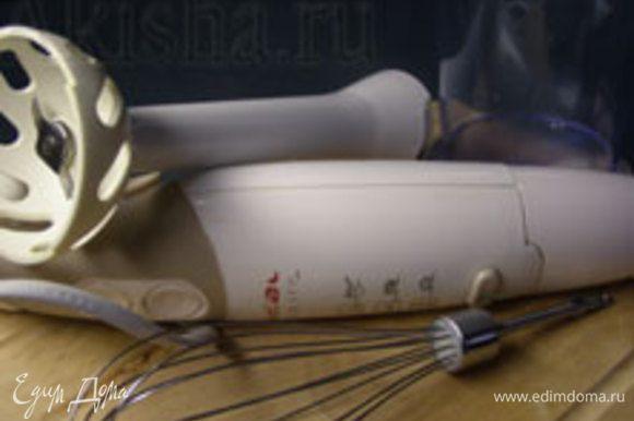 Для работы нам понадобятся незаменимые на кухне помощники от Tefal – погружной блендер Tefal HB 715188, металлический венчик, насадка для измельчения и мерный стакан Tefal.