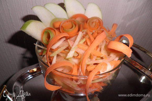 Очищенные редьку, морковь, яблоко натереть на крупной тёрке. Чеснок и цедру лимона натереть на мелкой тёрке.Цедры надо 1/2 ч.л. Всё перемешать, добавить сок 1/2 лимона и переложить в салатник. Вместо сока лимона салат можно полить салатной заправкой. Для салатной заправки: 1/4 стакана раст. масла,1/4 стакана столового 3%го уксуса,1/2ч. л. соли,1ч. л. сахара, перец по вкусу. Всё соединить и размешать до получения однородной массы.