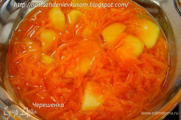 Теперь к моркови добавляем картофель, снова доводим до кипения, убавляем огонь на минимум и варим еще 15-20 минут…