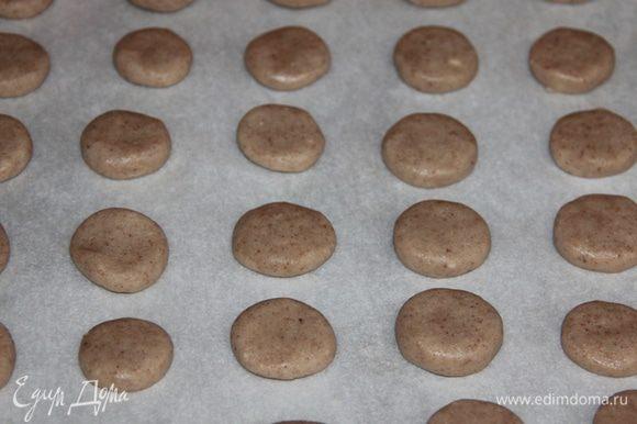 Слепить из теста монетки, выложить их на противень и выпекать при температуре 200-220 градусов 15-25 минут. Рисовое тесто трудно раскатывать, поэтому нужно приложить колоссальные усилия и мастерство, чтобы сделать фигурное печенье с помощью специальных формочек. Лучше всего из творожно-рисового теста делать круглые «монетки». Для этого нужно оторвать кусочек теста, скатать в ладонях шарик и расплюснуть его, чтобы получился блинчик примерно 5 мм высотой. Постарайтесь делать «монетки» быстро, пока тесто в руках не нагрелось, т.к. теплое тесто становится липким.