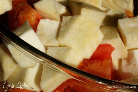 Морковь и корень сельдерея нарежем кубиком, помидоры - дольками, лук порежем на 8 долек каждую луковицу