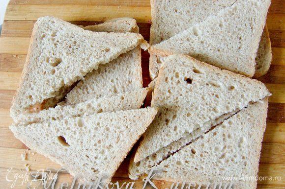 Разрезать хлеб на треугольники (если Вы используете хлеб другой формы, например, батон, то разрезать пополам)