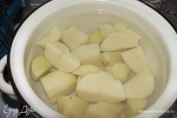 Очищенный картофель разрежьте на четвертинки и отварите около часа на среднем огне до готовности. Он должен стать очень мягким, даже слегка развариться.