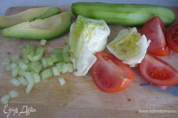 Для салата нарезаем все ингредиенты. Зелёные оливки я добавила целыми.