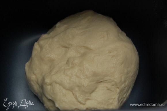 """Все ингредиенты сложить в хлебопечь и включить программу """"Тесто"""". Если хлебопечки нет: Муку просеять в большую миску, всыпать дрожжи, соль, сахар, перемешать, положить масло, влить теплое молоко. Замесить тесто. Накрыть полотенцем, поставить на 1час в теплое место."""