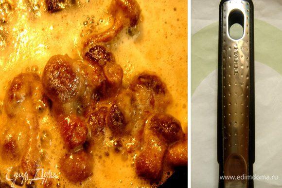 Пока варятся-парятся голубцы,приготовим соус.Грибы обжарить на сливочном масле,конечно в сковороде Tefal,добавить десертную ложку муки.Хорошо размешать.Ввести сметану,соль,перец и мускатный орех.Если сметана достаточно густая,то муку можно отменить.