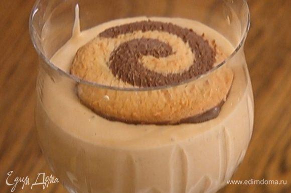 Сверху положить непропитанное печенье. Десерт можно подавать сразу или остудить в холодильнике.