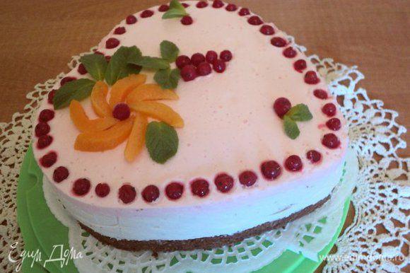 Готовый торт вынуть из формы. Дальше можно украсить по своему усмотрению. Приятного аппетита!