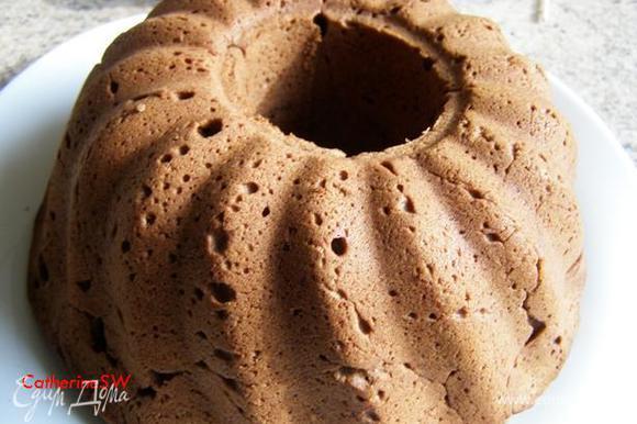 Выпекаем в предварительно разогретой до 180 градусов духовке 50 минут. Готовый кекс выложим из формы на блюдо. Я сильно поднявшуюся верхушку срезала, чтобы кекс красиво смотрелся на блюде