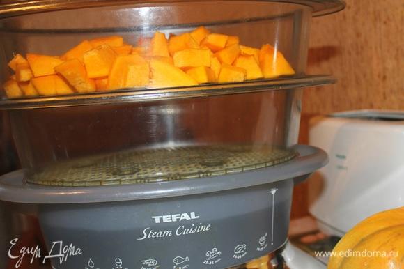 Тыкву помыть, почистить, порезать на кубики. Приготовить тыкву в пароварке (15-20 минут). Сделать из тыквы пюре.