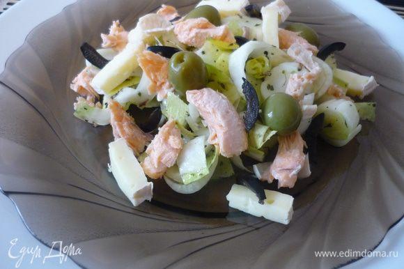 Добавить небольшие кусочки форели и сыра, измельчённые маслины, целые оливки...