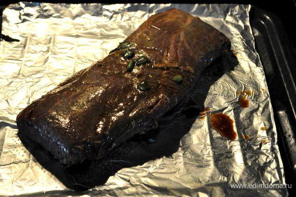 Подготовить гриль разогревая до высок.тем-ры.Грильную решетку поддона можно застелить фольгой. Сбрызнуть маслом.Выложить мясо,посолим и поперчим.Можно прикрыть сверху фольгой и выпекать до готовности ,если с кровью примерно 8мин.
